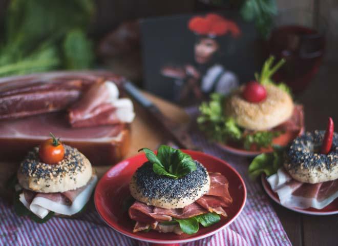 Schwarzwälder Schinken auf New York Style Mini-Bagel mit Frischkäse