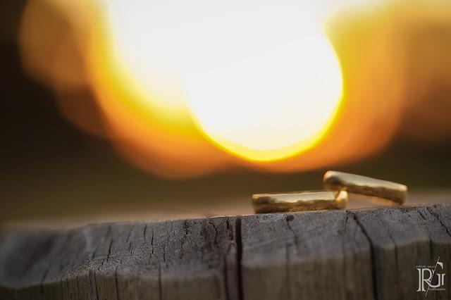 raphael gallo, ensaio romântico, prévia romântica, pôr do sol, alianças, e-session, pré wedding, rústico, noivos,
