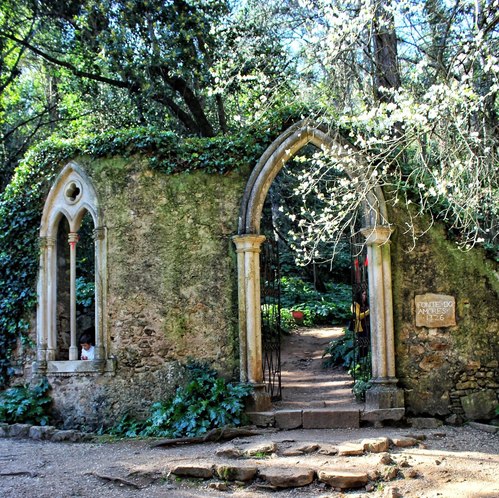 Portal e Janela Neogóticos na histórica Quinta das Lágrimas, Coimbra