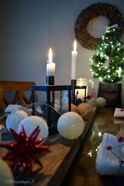 joulupöytä joulu koti kattaus rustiikkinen asetelma pallovalot kynttilä