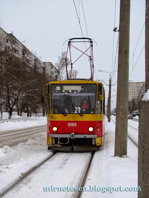 Старинный трамвай едет по Барнаулу