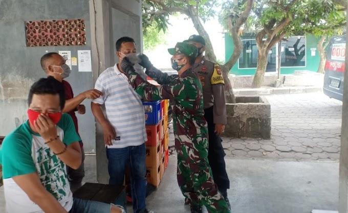 Cegah Covid-19, Babinsa Koramil 0227/Kopo Bareng Bhabinkamtibmas Bagikan Masker Kepada Warga