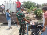 Anggota Koramil 0808/19 Wates bersama Anggota Koramil 0808/15 Gandusari Bantu Droping Air Bersih