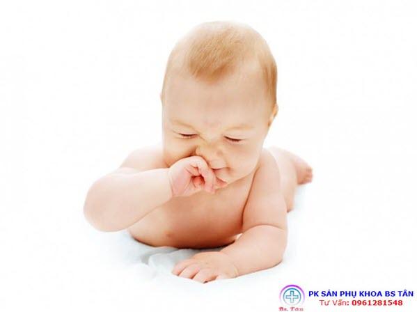 trẻ bị nghẹt mũi