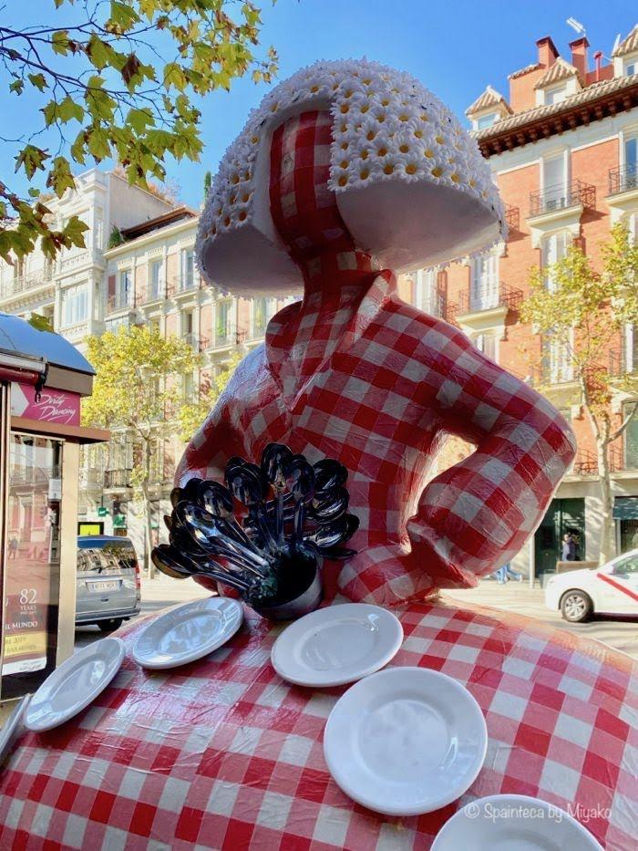 Meninas Madrid Gallery マドリードの町歩きで見つけたテーブルクロス風の赤いチェックのドレスを身にまとうメニーナ