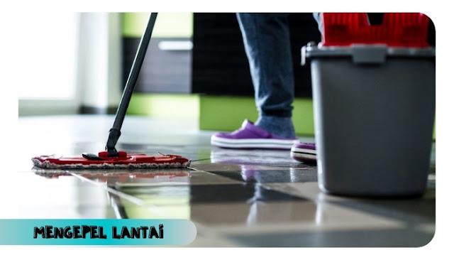 membersihkan lantai rumah