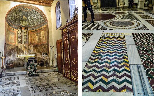 Um altar decorado com afrescos e o piso em mosaico da Igreja de Santa Maria in Cosmedin, em Roma