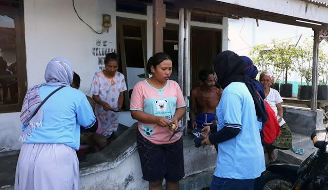 Pembagian masker ke setiap rumah warga Desa Rowokangkung