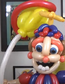 Ballonmodellage eines Ballonverkäufers aus vielen bunten Luftballons geknotet.