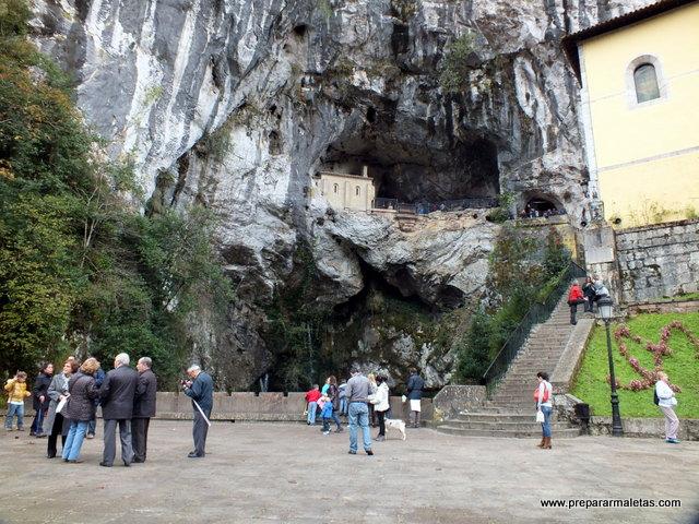 subir a la Santa Cueva en Covadonga