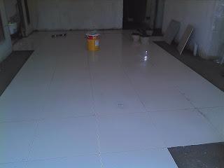 Osman Memulakan Kerja Memasang Tile Pada Ruang Makan Putih 2 X Untuk Runag Sehingga Ke Dapur Menjadi Pilihan