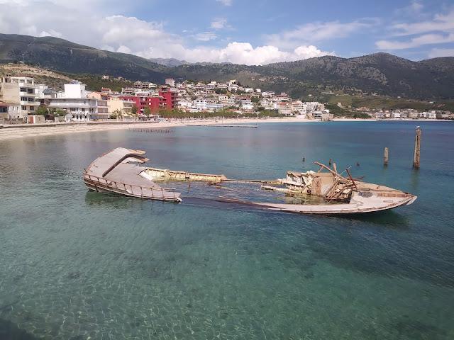 zatopiony statek w Himarze w Albanii