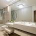 Banheiro com bancada de maquiagem com madrepérolas e espelho veneziano!