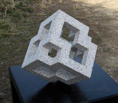 完成 キューブの森 石の塊が幾何学の形の彫刻になりました