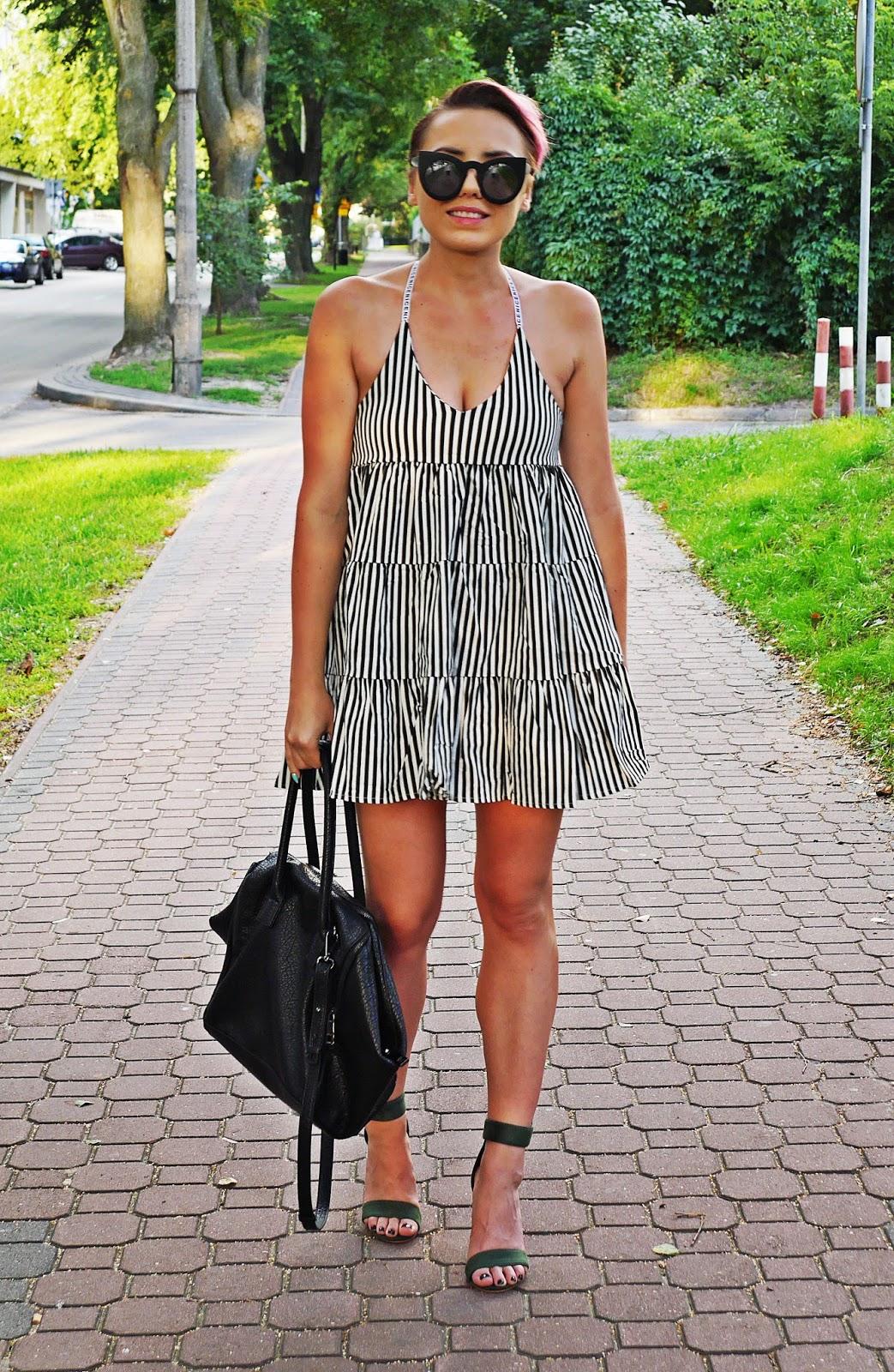 oversizowa_sukienka_w_pasy_zielone_sandaly_na_przezroczystym_slupku_karyn_blog_010817b