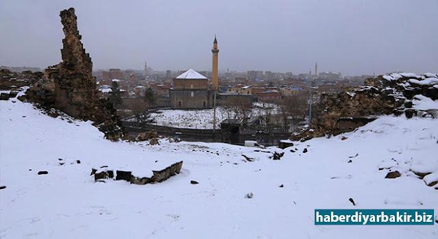 DİYARBAKIR-Diyarbakır genelinde 2 gündür etkisini gösteren kar yağışı dolayısıyla şehir adeta beyaza büründü.