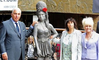 foto patung Amy bersama orangtuanya