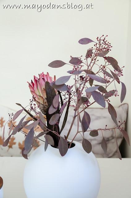 Blumenvase mit Protea und Eukalyptus