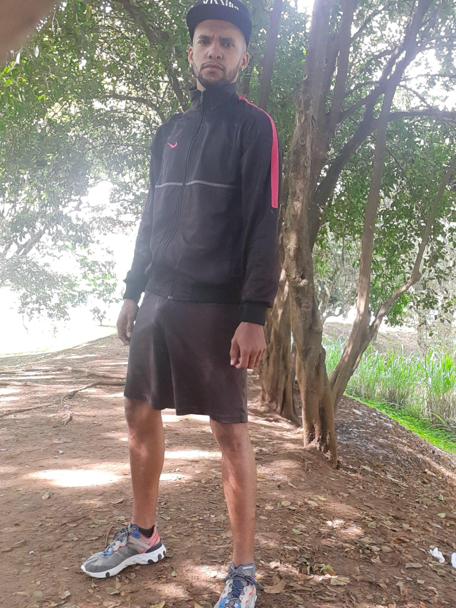 hombre negro sin calzoncillos