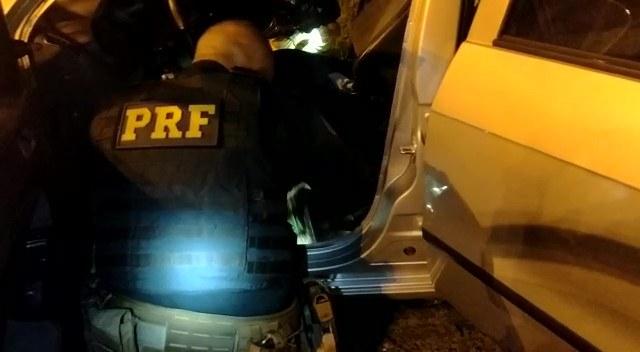 PRF apreende maconha que estava em fundo falso de veículo em Miracatu
