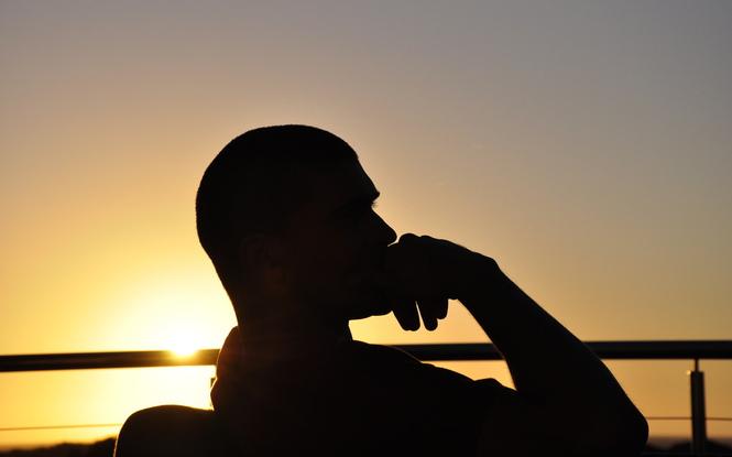 Hombre meditando del año que termina