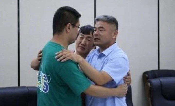 Se reencuentra con hijo 24 años después de que fuera raptado