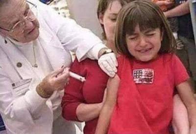Kind bekommt Impfung von alter Ärztin lustig