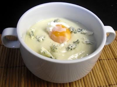 Crema de coliflor con queso azul y huevo.