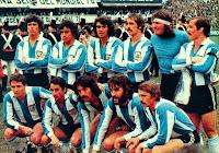 SELECCIÓN DE ARGENTINA - Temporada 1976-77 - Passarella, Gallego, Olguín, Pernía, Gatti, Carrascosa; Bertoni, Ardiles, Luque, Villa y Larrosa - ARGENTINA 1 (Passarella) REPÚBLICA FEDERAL DE ALEMANIA 3 (Klaus Fischer 2, Hölzenbein) - 05/06/1977 - Partido amistoso - Buenos Aires, Argentina, estadio de La Bombonera
