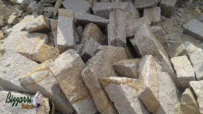 Pedra para escada de pedra do tipo rachão com canto manual de pedra de granito em vários tamanhos. Um tipo de pedra rústica muito fácil de fazer escada de pedra sendo em tamanhos variados e cores variadas.