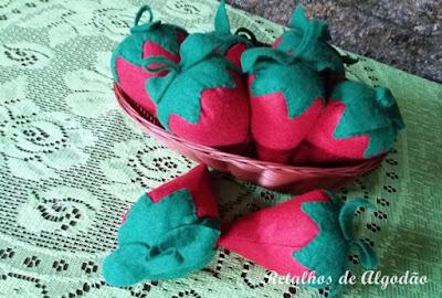 Morangos de feltro para decoração de festa infantil