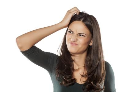Existem muitas razões para a coceira do couro cabeludo: as causas comuns são