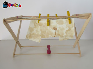 asciugare la carta invecchiata con uno stendino realizzato con stecchi in legno del gelato