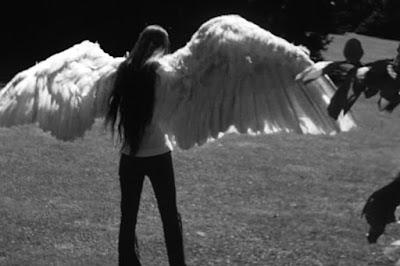 Виктория Чаплин изображает крылатую девушку из фильма The Freak - 4