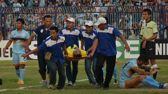 Detik-Detik Benturan Choirul Huda Sampai Jatuh di Stadion Surajaya