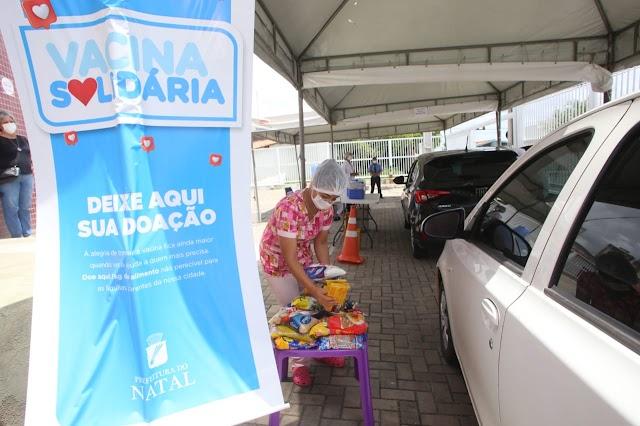 """Campanha """"Vacina Solidária"""" arrecada alimentos em drives de vacinação em Natal"""