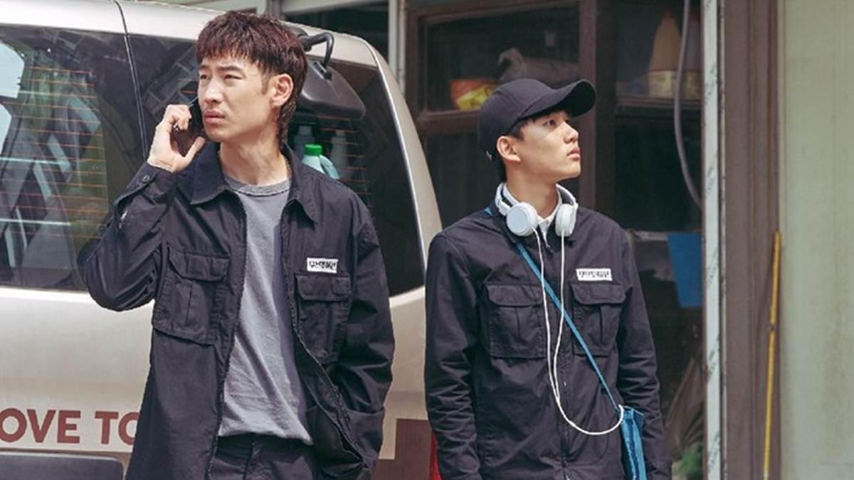 Sang Gu dan Geu Ru on duty sebagai pegawai Move to Heaven
