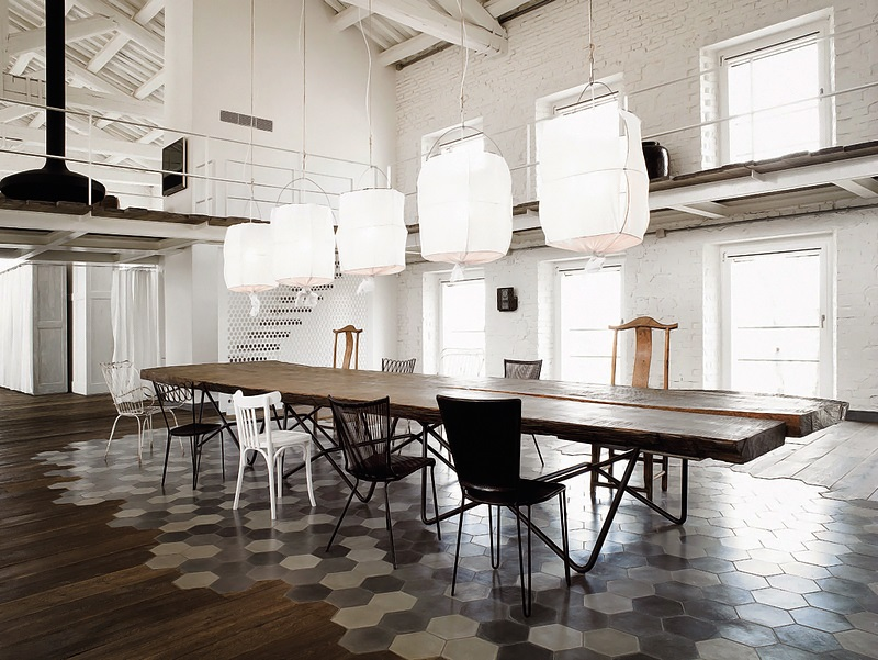 Interiors spectacular large house by paola navone art for Interior designer famosi