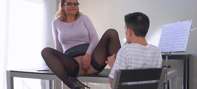 Секс с учительницей (MILF teacher anal sex student) (порно учительница и ученик))