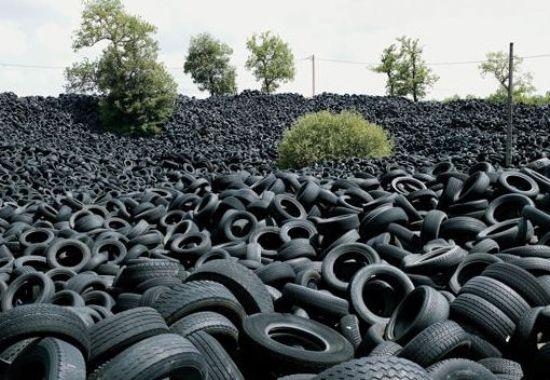 Resultado de imagem para pilha pneus imundos