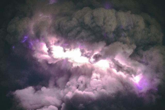 شاهد ماذا يحدث عندما يجتمع البرق مع الحمم البركانية .. مشهد مهيب