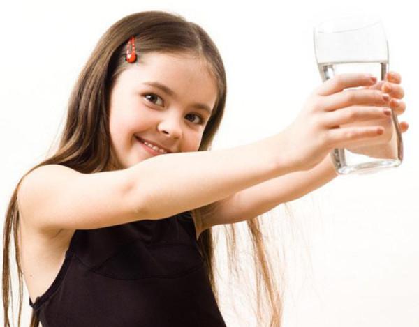Uống nhiều nước là thói quen tốt để trị nám da mặt hiệu quả