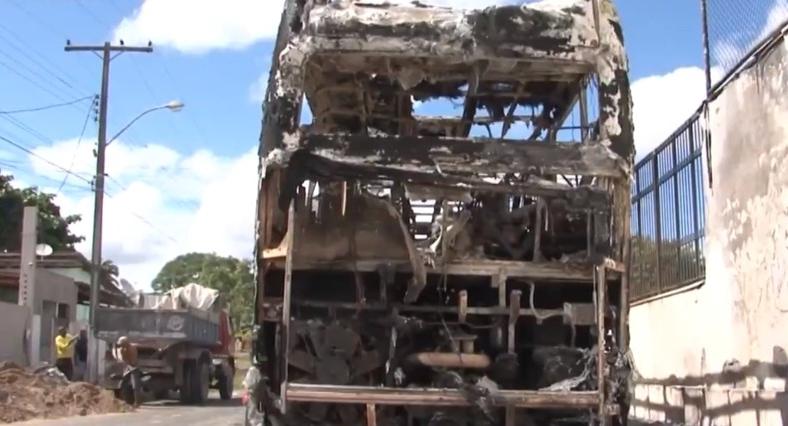 Ônibus de bandas de arrocha e cantor sertanejo são incendiados em Feira de Santana; câmeras flagram ação (VÍDEO)