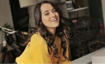Atriz Michelle Olvera sorrindo