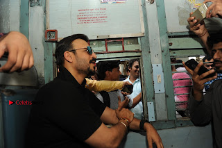 Bollywood Actor Vivek Oberoi Snapped Travelling by Local Train to Kelve  0021.JPG