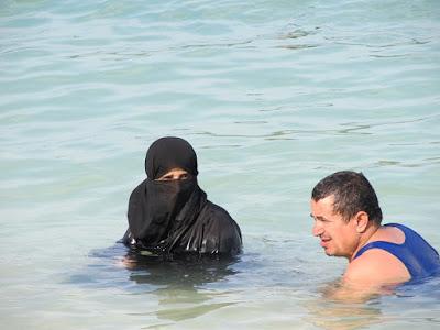 Suami mendapat kesempatan penuh menggauli istrinya