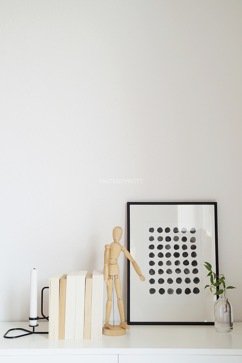 Scandinavian decoration idea with a DIY print in Black and White, wooden decor pieces and a pop of fresh Green