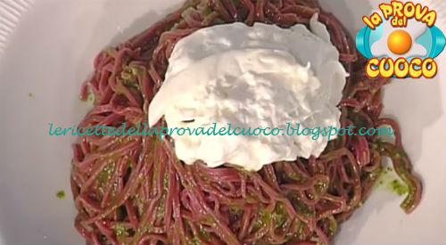 Tagliolini alle rape rosse con pesto e burrata ricetta Holzer da Prova del Cuoco