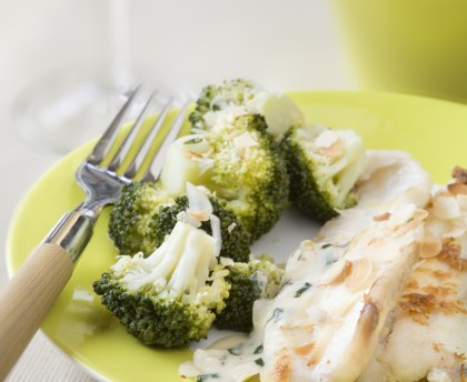 Basil and broccoli sole fillets sautéed with almonds