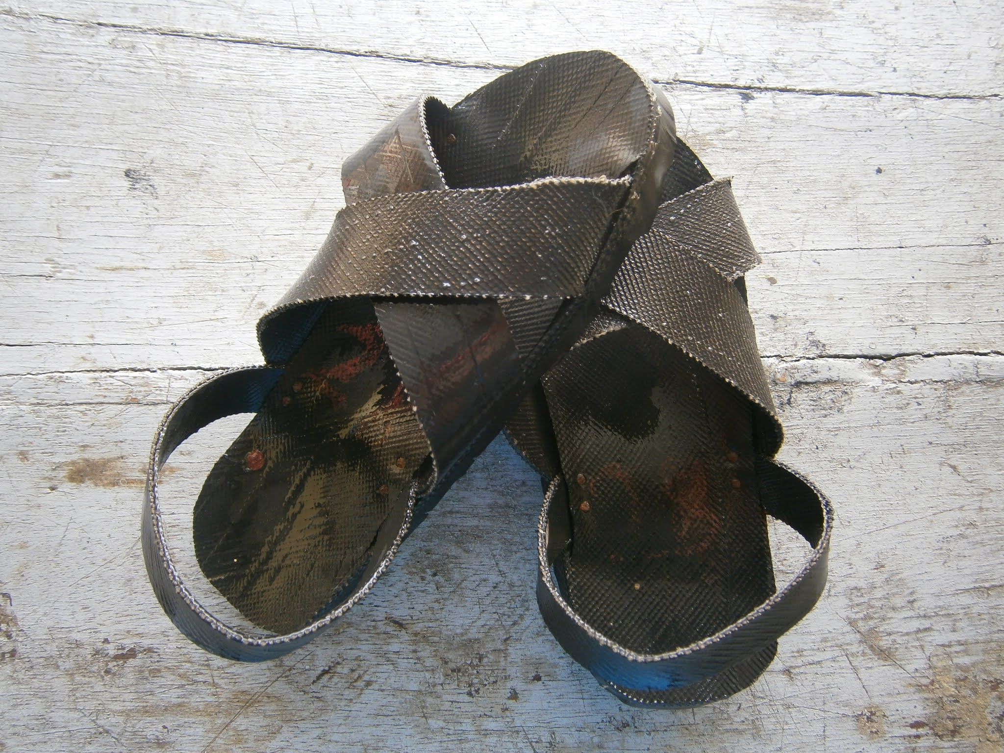 Descripción de la fotografía. Sandalias hechas de piezas de neumáticos conocidos como YANQUIS (Ojotas). Vista previa de las sandalias hechas de piezas de neumáticos conocidos como YANQUIS.